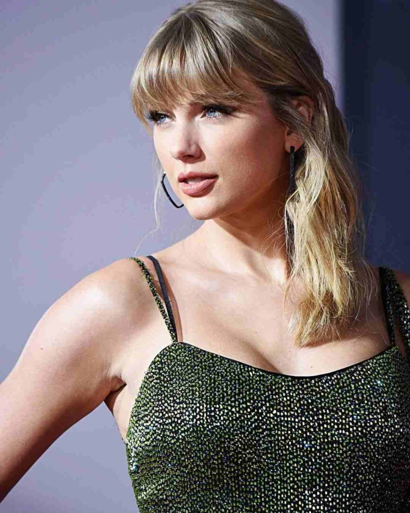 Taylor Swift proves curly women will wear haircut bangs—with the assistance of a frizz-busting liquid body substance or gel, of course. Take a spiralled shag from day to nighttime by running over your natural texture with a mini flat iron.